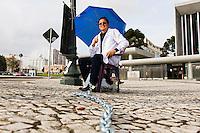CURITIBA, PR, 25.05.2015 - PROFESSORES-PR - Professor, Pierre Pinto, 39 anos, de Roraima faz greve de fome e se acorrenta a uma placa em frente a Assembleia Legislativa do Paraná no Centro Cívico em Curitiba, nesta segunda-feira, 25. Em apoio aos servidores do Paraná, ficará até que o governo reajuste o valor do salários dos professores em 8,17%.(Foto: Paulo Lisboa/Brazil Photo Press)