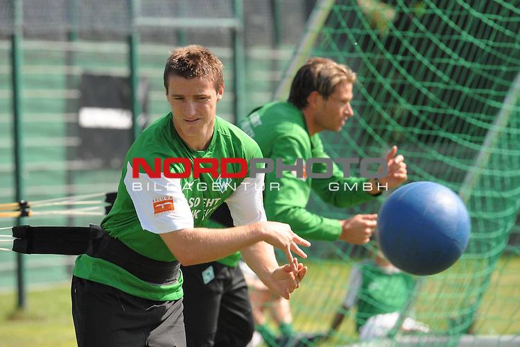 FBL 09/10 Traininglager  Werder Bremen Norderney 2007 Day 03<br /> Konditionstraining Sonntag morgen<br /> <br /> <br /> Said Husejinovic ( Werder Bremen BOS #17) und Keeper Tim Wiese ( Bremen GER #1) <br /> <br /> Foto &copy; nph (nordphoto)