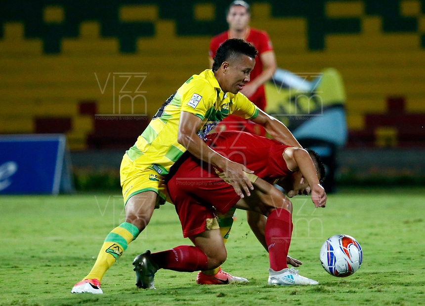 BUCARAMANGA - COLOMBIA - 11 - 11 - 2017: Fabio Rodriguez (Izq.) jugador de Atletico Bucaramanga disputa el balón con Daniel Muñoz (Der.) jugador de Rionegro Aguilas, durante partido entre Atletico Bucaramanga y Rionegro Aguilas, de la fecha 15 por la Liga Aguila II-2017, jugado en el estadio Alfonso Lopez de la ciudad de Bucaramanga. / Fabio Rodriguez (L) player of Atletico Bucaramanga vies for the ball with Daniel Muñoz (R) player of Rionegro Aguilas, during a match between Atletico Bucaramanga and Rionegro Aguilas, for the date 15 of the Liga Aguila II - 2017 at the Alfonso Lopez Stadium in Bucaramanga city Photo: VizzorImage  / Oscar Martinez  / Cont.