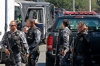 RIO DE  JANEIRO,RJ,16 DE AGOSTO DE 2012- No in&iacute;cio da  manh&atilde; desta quinta-feira(16) policiais da  POL&Iacute;CIA FEDERAL com apoio do BOPE e BP CHOQUE, realizaram uma  operacao  no Complexo da Mare,nas comunidades do Timbau e Vila do Joao, em Bonsucesso zona norte  do RJ. Um veiculo tres homens ,uma mulher, moto, cadeira de roda,um fuzil ponto 30 e motos foram apreendidos. Os presos foram levados para Policia Federal, zona portu&aacute;ria.<br /> Guto Maia Brazil Photo Press