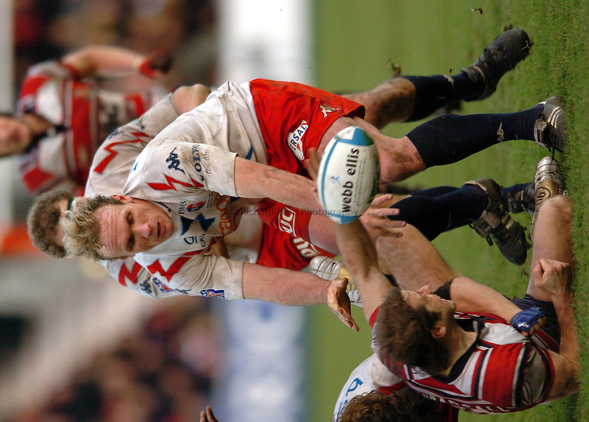 Photo. Henry Browne..Gloucester v Stade Francais. Heineken Cup Pool Six. 16/01/2005..Brian Liebenberg tries to collect the ball..