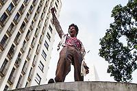 SAO PAULO, SP, 02.11.2013 - ZOMBIE WALK - SAO PAULO - Acontece nesse sábado (02) o Zombie Walk, marcha pública de pessoas fantasiadas de zumbi que acontece em diversas cidades do mundo. O evento surgiu na Califórnia em 2001 e desde 2006 é realizada anualmente em São Paulo, sempre no dia 2 de novembro (Dia de Finados). A concentração neste ano ocorre na Praça do Patriarca. A marcha seguirá pelo centro velho da cidade. (Foto: Marcelo Brammer / Brazil Photo Press).