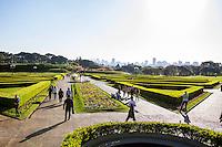 CURITIBA, PR, 22.07.2014 - CLIMA TEMPO / CURITIBA -  Frequentadores do Jardim Botânico aproveitam a tarde de sol em Curitiba na tarde desta terça-feira (22). Termômetros registram 22ºC. O Jardim Botânico  foi Inaugurado em 5 de outubro de 1991 e é um dos principais pontos turísticos da cidade de Curitiba, localizado no bairro Jardim Botânico. (Foto: Paulo Lisboa / Brazil Photo Press)
