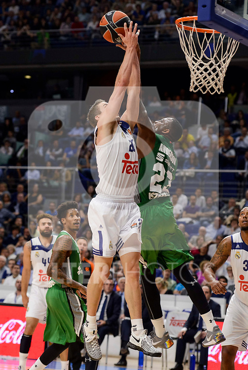 Real Madrid's Jaycee Carroll and Darussafaka Dogus's James Anderson during quarter final of Turkish Airlines Euroleague match between Real Madrid and Darussafaka Dogus at Wizink Center in Madrid, April 20, 2017. Spain.<br /> (ALTERPHOTOS/BorjaB.Hojas)