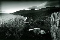 Europe/France/Corse/2B/Haute-Corse/Cap Corse/Nonza:  vue sur la cote avec la plage de galets noirs  depuis la tour génoise,les restes d'un décor de théâtre restent dans le jardin.