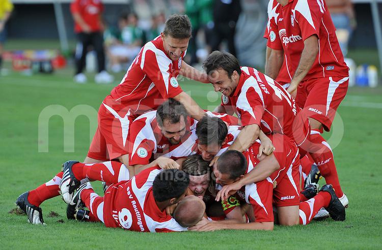 Fussball Regiolanlliga Sued  2009/2010 SSV Reutlingen -  SpVgg Greuther Fürth II JUBEL SSV RT, Teamjubel nach dem Tor zum 5-0 durch Torschuetze Alexander Schreckinger (Mitte)