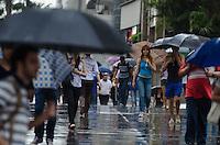 SAO PAULO, SP, 21.11.2013 - CLIMA TEMPO - Chuva atinge a capital, na Avenida Paulista, região central, nesta quinta feira, 21.  (Foto: Alexandre Moreira / Brazil Photo Press)