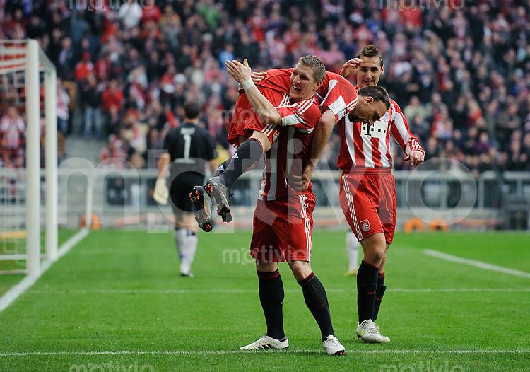 Fussball Bundesliga Saison 2010/2011 FC Bayern Muenchen - Hamburger SV Jubel zum 6:0, v.l.: Franck RIBERY (FC Bayern), Bastian SCHWEINSTEIGER (FC Bayern), der ihn Huckepack nimmt und Miroslav KLOSE (FC Bayern).