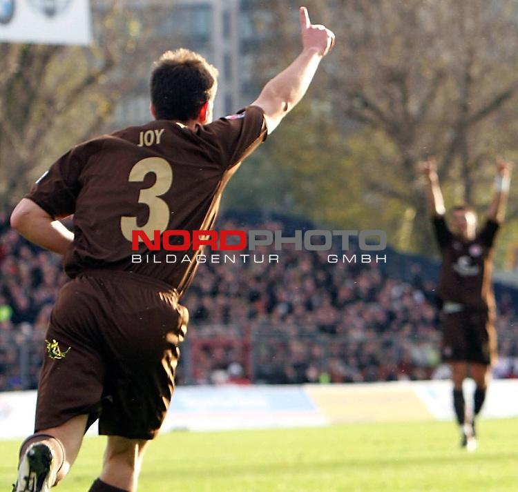 2.Liga 2007/2008  13. Spieltag Hinrunde<br /> FC St.Pauli &ndash; vs. FC Augsburg<br /> <br /> 1:0 durch Ian Joy (Nr.3) Zeigefinger nach oben, Hintergrund Fabian Boll reist die H&auml;nde hoch.<br /> <br /> <br /> <br /> Foto &copy; nph (nordphoto)<br /> <br /> *** Local Caption ***