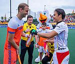 Den Bosch  - Billy Bakker (Ned) met Thomas Briels (Belgie)    en oa Fan of the Match voor   de Pro League hockeywedstrijd heren, Nederland-Belgie (4-3).    COPYRIGHT KOEN SUYK