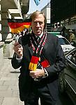 FIFA WM 2006 -   Promis feiern WM Er&ouml;ffnungsspiel in M&uuml;nchen <br /> <br /> G&uuml;nther Netzer schwingt die Deutschland Fahne - Abfahrt zum Er&ouml;ffnungsspiel der WM 2006 - M&uuml;nchen <br /> <br /> Foto &copy; nordphoto *** Local Caption ***