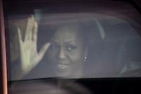 Berlin, die Frau des US-amerikanischen Praesidenten Barack Obama, Michelle Obama winkt am Dienstag (18.06.13) am Flughafen Tegel bei der Ankunft in Berlin. Foto: Maja Hitij/CommonLens