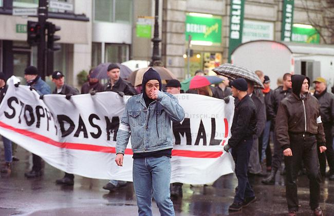 Gegen das in Berlin geplante Holocaustmahnmal rief ein sog. Buendnis gegen das Holocaustmahnmal zu einer Demonstration. 6-700 Skinheads und Rechtsextreme aus dem gesamten Bundesgebiet kamen zu der gerichtlich durchgesetzten Demonstration. Es waren fast ausschliesslich NPD-Mitglieder und Sympathiesanten. Die Organisation der Demonstration lag fest in den Haenden sogenannten Freier Kameradschaften.<br /> Berlin, 29.1.2000<br /> Copyright: Christian-Ditsch.de<br /> [Inhaltsveraendernde Manipulation des Fotos nur nach ausdruecklicher Genehmigung des Fotografen. Vereinbarungen ueber Abtretung von Persoenlichkeitsrechten/Model Release der abgebildeten Person/Personen liegen nicht vor. NO MODEL RELEASE! Nur fuer Redaktionelle Zwecke. Don't publish without copyright Christian-Ditsch.de, Veroeffentlichung nur mit Fotografennennung, sowie gegen Honorar, MwSt. und Beleg. Konto: I N G - D i B a, IBAN DE58500105175400192269, BIC INGDDEFFXXX, Kontakt: post@christian-ditsch.de<br /> Bei der Bearbeitung der Dateiinformationen darf die Urheberkennzeichnung in den EXIF- und  IPTC-Daten nicht entfernt werden, diese sind in digitalen Medien nach &sect;95c UrhG rechtlich gesch&uuml;tzt. Der Urhebervermerk wird gemaess &sect;13 UrhG verlangt.]