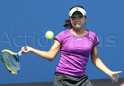 (140118) -- MELBOURNE, Jan. 18, 2014 (Xinhua) -- Kurumi Nara of Japan hits a return during the womens singles third round match against Jelena Jankovic of Serbia at 2014 Australian Open tennis tournament in Melbourne