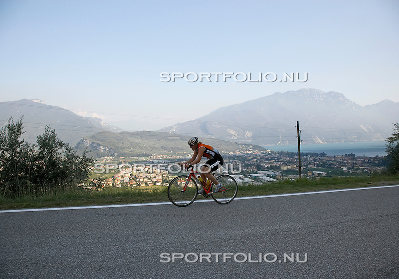 Italie, Torbole, 13 september 2006. .Trainingskamp TVM schaatsploeg .Ireen Wust, allrounder van de TVM schaatsploeg op haar racefiets
