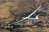 Segovia: SPANIEN, KASTILIEN LEON, SEGOVIA, 7.08.2016: Segelflugzeug vom Typ ASH25 EB28 ueber Segovia