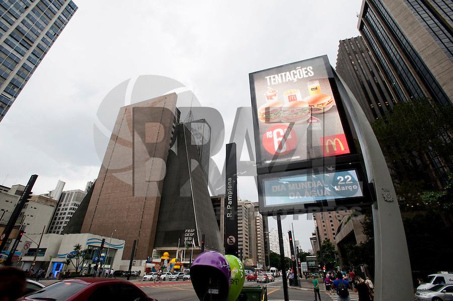 SAO PAULO, SP, 22.03.2016 - DIA-AGUA - Termômetros marcam o Dia Mundial da Água, na avenida Paulista, nessa terça-feira 22. ( Foto: Gabriel Soares/ Brazil Photo Press)