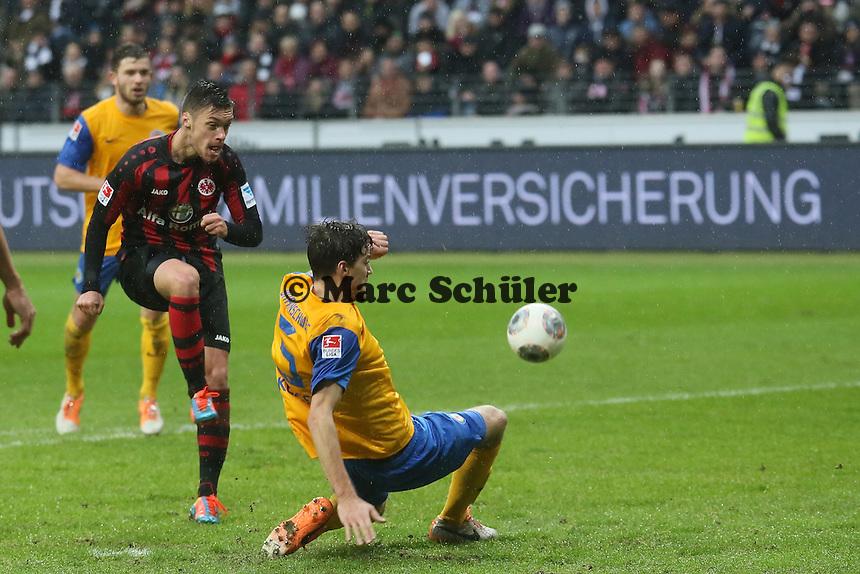 Vaclav Kadlec (Frankfurt) zieht ab, Kevin Kratz (Braunschweig) blockt - Eintracht Frankfurt vs. Eintracht Braunschweig, Commerzbank Arena