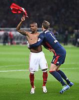 FUSSBALL  DFB POKAL FINALE  SAISON 2015/2016 in Berlin FC Bayern Muenchen - Borussia Dortmund         21.05.2016 Douglas Costa und Serdar Tasci (v.l., beide FC Bayern Muenchen) feiern den Pokalsieg 2016