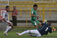 BOGOTÁ -COLOMBIA, 11-02-2015. Andy Pando (C) de La Equidad disputa el balón con Cristian Arrieta (Der) de Envigado FC durante partido por la fecha 3 de la Liga Águila I 2015 jugado en el estadio Metropolitano de Techo de la ciudad de Bogotá./ Andy Pando (C) player of La Equidad fights for the ball with Cristian Arrieta (L) and Breiner Castillo (R) goalkeeper of Envigado FC during the match for the third date of the Aguila League I 2015 played at Metropolitano de Techo stadium in Bogotá city. Photo: VizzorImage/ Gabriel Aponte / Staff