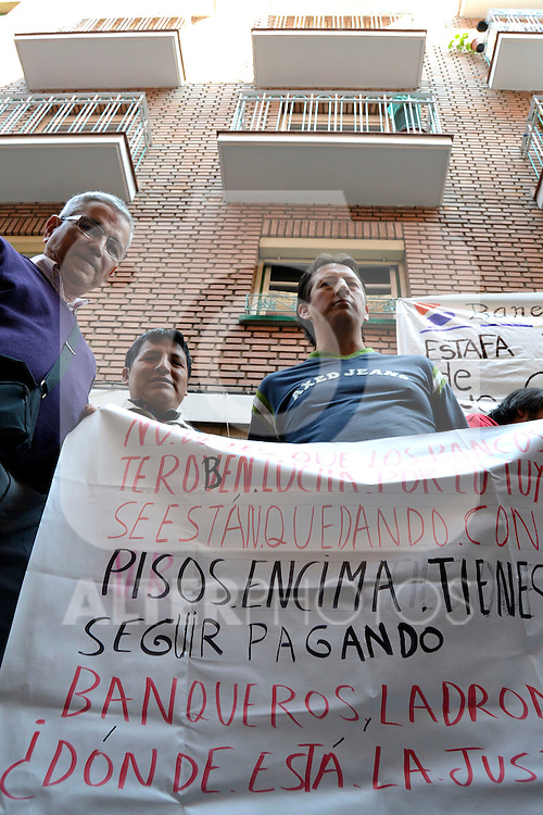 Demonstrator holds a placard against forced evictions..(Alterphotos/Arnedo)