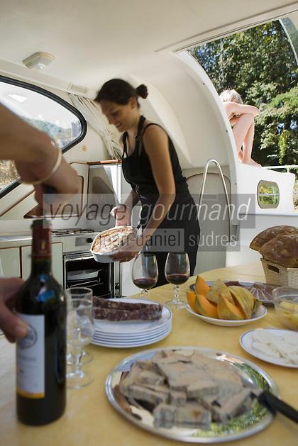 Europe/France/Midi-Pyrénées/46/Lot/Saint-Cirq-Lapopie: Navigation fluviale sur la vallée du Lot à l'écluse  Auto N°: 2008-213  Auto N°: 2008-214  Auto N°: 2008-215