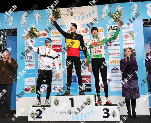2011-01-08 / Veldrijden / seizoen 2010-2011 / Belgisch Kampioenschap Antwerpen / Juniores / winnaar SWEECK Laurens (midden) met VANDEKINDEREN Jens (2e, L) en PEETERS Daniel (3e, R)..Foto: Mpics