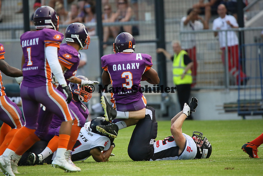 Returner John Clements (Galaxy) wird gestoppt - Frankfurt Galaxy vs. Kirchdorf Wildcats, Frankfurter Volksbank Stadion
