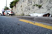 ATENÇÃO EDITOR: FOTO EMBARGADA PARA VEÍCULOS INTERNACIONAIS. - SANTO ANDRE, SP, 29 de Novembro 2012 (MORADORES DE RUA BALEADOS)3 moradores de rua foram baleados nesta madrugada na Rua Catequese. Vila Guiomar (STO ANDRE) 2 foram levados ao ps da regiao 1 na resistiu aos ferimentos e morreu no local(ABC).(FOTO: ADRIANO LIMA / BRAZIL PHOTO PRESS).