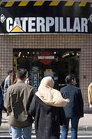 Afrique/Afrique du Nord/Maroc /Casablanca: contrastes culturels rue du Prince Moulay Abdallah femme voilée et magasin de mode Caterpillar