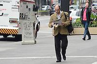 ATENCAO EDITOR: FOTO EMBARGADA PARA VEICULOS INTERNACIONAIS. SAO PAULO, SP, 26 DE NOVEMBRO DE 2012 - Paulistano vive manha de baixas temperaturas na Avenida Paulista, regiao central, na manha desta segunda feira, 26.  FOTO: ALEXANDRE MOREIRA - BRAZIL PHOTO PRESS.