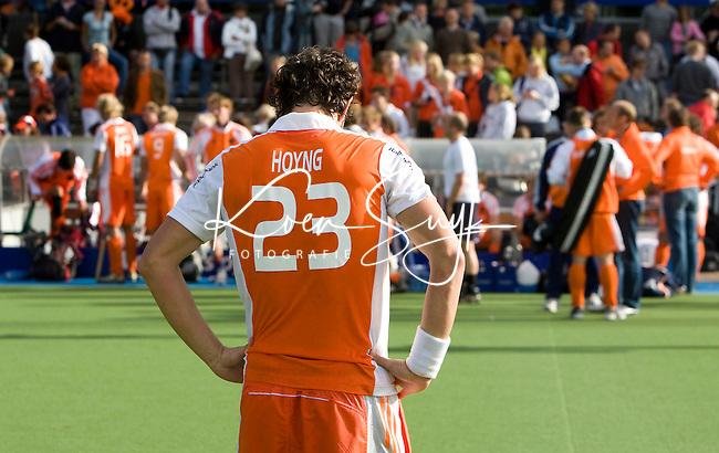 """AMSTELVEEN - Teleurstelling Timme Hoyng , vrijdag na de halve finale van de Europese kampioenschappen hockey in Amstelveen, Nederland-Engeland (1-1).  Engeland wint na de 'golden goal"""" van  Ashley Jackson (R)."""