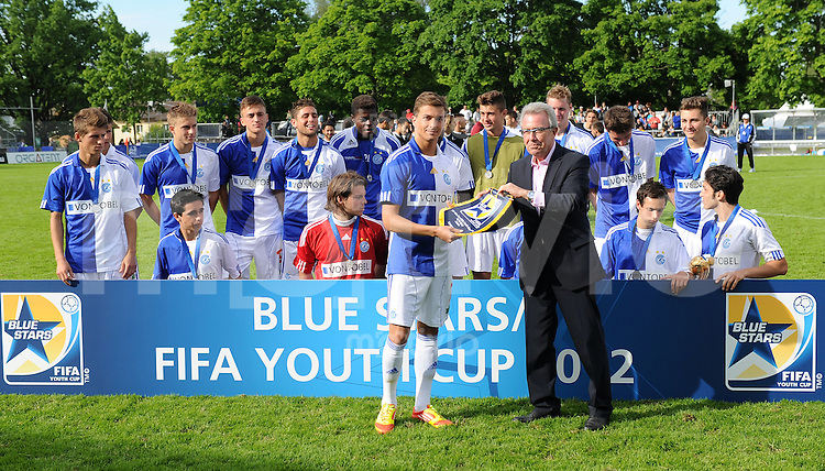 Fussball International FIFA 74. Blue Stars / FIFA Youth Cup   17.05.2012 FINALE Grasshopper Club Zuerich - FC Zuerich  Hans Ulrich Schneider (re, LOC) ueberreicht dem Deni Krleski den Wimpel fuer den zweiten Platz