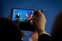 Der Staatspr&auml;sident der Volksrepublik China, Xi Jinping und Bundeskanzlerin Angela Merkel (CDU) geben am Freitag (28.03.14) in Berlin eine Pressekonferenz. Fotografiert von einem Smartphone.<br /> Foto:Axel Schmidt/CommonLens