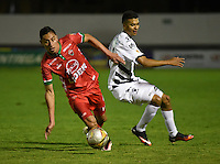 TUNJA -COLOMBIA, 19-09-2016. Mauricio Gomez (Izq) jugador de Patriotas FC disputa el balón con Jonathan Avila (Izq) jugador de Alianza Petrolera durante partido por la fecha 13 de la Liga Águila II 2016 realizado en el estadio La Independencia en Tunja./ Mauricio Gomez (R) player of Patriotas FC fights for the ball with Jonathan Avila (L) player of Alianza Petrolera during match for the date 13 of Aguila League II 2016 at La Independencia stadium in Tunja. Photo: VizzorImage/César Melgarejo/Cont