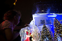 SÃO PAULO, SP, 22.12.2013 - DECORAÇÃO DE NATAL DA AVENIDA PAULISTA - Movimentação de populares para visitar a decoração de natal na Avenida Paulista em São Paulo, na noite deste domingo (22). Foto: Levi Bianco - Brazil Photo Press
