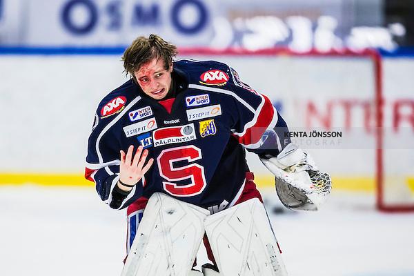 S&ouml;dert&auml;lje 2013-10-23 Ishockey Hockeyallsvenskan S&ouml;dert&auml;lje SK - R&ouml;gle BK :  <br /> S&ouml;dert&auml;lje m&aring;lvakt 37 Niklas Lundstr&ouml;m har gjort sig illa under matchen och bl&ouml;der i ansiktet<br /> (Foto: Kenta J&ouml;nsson) Nyckelord:  skada skadan ont sm&auml;rta injury pain