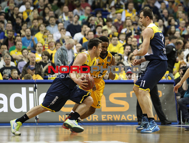 15.05.2015, O2 world, Berlin, GER, 1.BBL, ALBA Berlin vs. EWE Baskets Oldenburg, im Bild Clifford Hammonds (ALBA Berlin), Chris Kramer (Baskets Oldenburg), Adam Chubb (Baskets Oldenburg)<br /> <br />               <br /> Foto &copy; nordphoto /  Engler