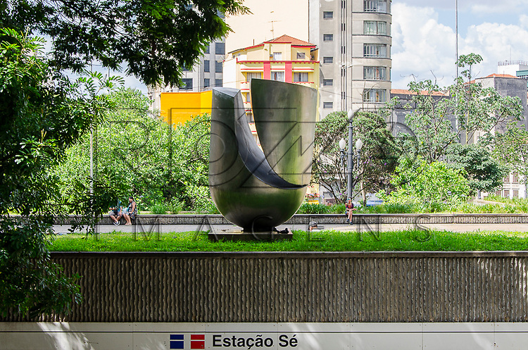 Sem T&iacute;tulo. M&aacute;rio Cravo J&uacute;nior, escultura &ndash; a&ccedil;o inox 3,15m x 2,18m x 1,99m, pedestal &ndash; granito 0,15m x 1,60m x 1,60m. Pra&ccedil;a da S&eacute;, S&atilde;o Paulo - SP, 01/2013.<br /> * &Eacute; necess&aacute;rio solicitar autoriza&ccedil;&atilde;o de uso ao autor da obra.