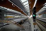 AMSTERDAM ZUIDOOST - In Amsterdam Zuidoost is het nieuwe, door Grimshaw Architects en Arcadis ontworpen stationsgebouw Amsterdam Bijlmer Arena in gebruik genomen. Het in opdracht van Prorail, door de Belgische bouwer Besix gebouwde complex biedt ruimte aan zes treinsporen en twee metrolijnen, rust op grote poten waardoor het publiek en het verkeer er onderdoor kan, en moet per dag ruim 50.000 passagiers verwerken. ANP PHOTO COPYRIGHT TON BORSBOOM