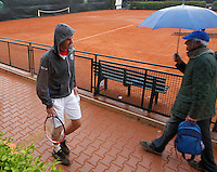 Andy Murray leaves the field of training  because the rain stops the beginning of the quarter-finals of the Davis Cup  tennis match between Italy and Great Britain in Naples April 4, 2014.