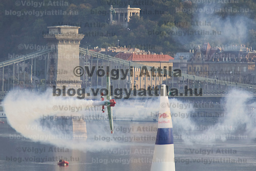 0708193802a Red Bull Air Race international air show qualifying runs over the river Danube, Budapest preceding the anniversary of Hungarian state foundation. Hungary. Sunday, 19. August 2007. ATTILA VOLGYI