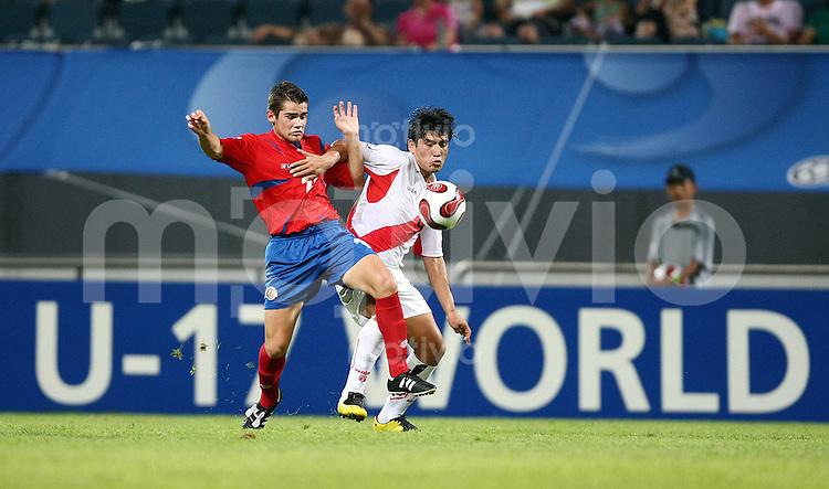 12. FIFA U17 Weltmeisterschaft in Korea Peru - Costa Rica Irven AVILA (re, PER) im Zweikampf mit Daniel VARELA (li, CRC).