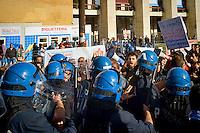 Roma 16 Ottobre 2015<br /> Un centinaio di studenti ha protestato in piazzale Aldo Moro, di fronte all&rsquo;Universit&agrave; La Sapienza, la sede del  Maker Faire 2015, la fiera dell&rsquo;innovazione europea organizzata all&rsquo;interno dell'universita. I manifestanti denunciano l&rsquo;uso privatistico di una struttura pubblica, l&rsquo;interruzione delle attivit&agrave; di ricerca e la non trasparenza sull&rsquo;uso dei ricavi. La polizia in tenuta antisomossa carica i manifestanti.<br /> Rome 16 October 2015<br /> A hundred students protested in Piazzale Aldo Moro, opposite the University La Sapienza, the headquarters of the Maker Faire 2015, the European innovation fair organized within the university. Protesters denounce the  private use of a public facility, the interruption of research and lack of transparency on the use of revenues. Police in riot gear charged the demonstrators.