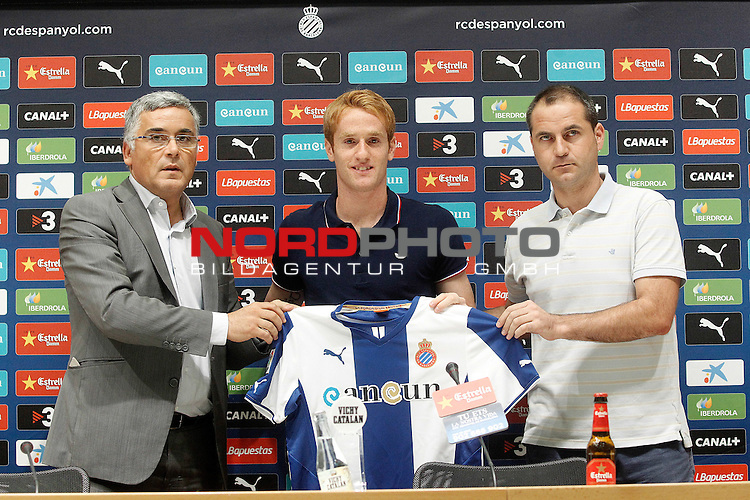 Espanyol's new player Alex Fernandez (c) with the President Joan Collet (l) and the General Manager Oscar Perarnau during his official presentation. August 29, 2013. Foto © nph / Acero)