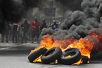 BUENOS AIERES, ARGENTINA, 20 DEZEMBRO 2012 - Membros do grupo radical Quebracho queimam pneus durante um ato comemorativo do 11 º aniversário da revolta popular que derrubou o ex-presidente Fernando De La Rua durante a crise de 2001, conhecida como a Argentinazo. A manifestação ocorreu na Praça Nove Julio, no centro de Buenos Aires, Argentina, nesta quinta-feira, 20. (FOTO: PATRICIO MURPHY / BRAZIL PHOTO PRESS).