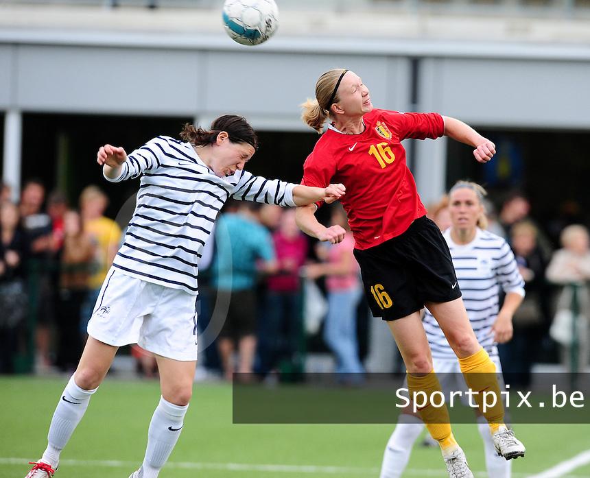 Vriendschappelijke interland vrouwenvoetbal : Belgium A - France A te Nieuwpoort ;..Elise Bussaglia in een duel met Inge Heiremans..foto DAVID CATRY / Vrouwenteam.be