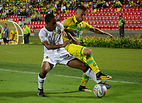 BUCARAMANGA - COLOMBIA, 28-08-2017:Jhon Perez (Der.) jugador del Atlético Bucaramanga disputa el balón con Carlos Riascos (Izq.) de Alianza Petrolera durante partido por la fecha 10 de la Liga Águila II 2017 jugado en el estadio Alfonso López  de la ciudad de Bucaramanga . / Jhon Perez (R) player of Atletico Bucaramanga  struggles the ball with Carlos Riascos(L) player of Alianza Petrolera during match for the date 10 of the Aguila League II 2017 played at Alfonso Lopez stadium in Bucaramanga city. Photo: Vizzorimage / Ocar Martínez / Stringer