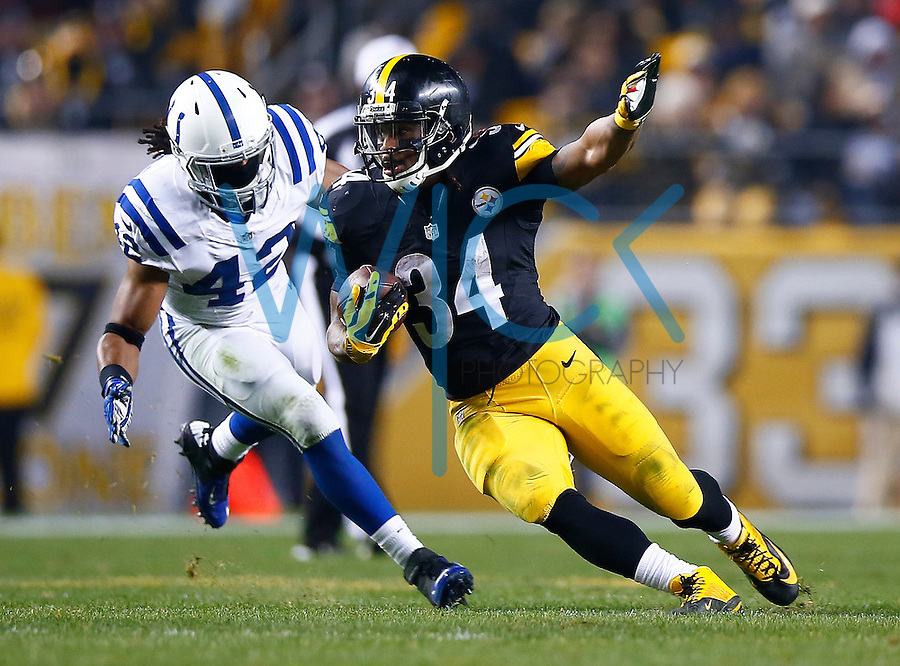 DeAngelo Williams #34 of the Pittsburgh Steelers runs after catching a pass in the second quarter against the Indianapolis Colts during the game at Heinz Field on December 6, 2015 in Pittsburgh, Pennsylvania. (Photo by Jared Wickerham/DKPittsburghSports)