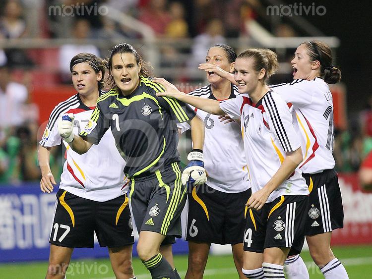 Fussball International Frauen WM China 2007 - FINALE Deutschland - Brasilien Nadine Angerer (GER,2.v.li) wird von ihren Mannschaftskolleginnen Ariane Hingst (GER,li) , Linda Bresonik (GER,mitte) Simone Laudehr (GER,2.v.re) und Renate Lingor (GER,re) nach dem gehaltenen Elfmeter beglueckwuenscht